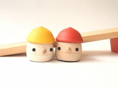 ゆっくりと坂道を歩くどんぐり帽子の木のおもちゃ「どんぐりころころ2個&坂道セット」|おもちゃのこまーむ