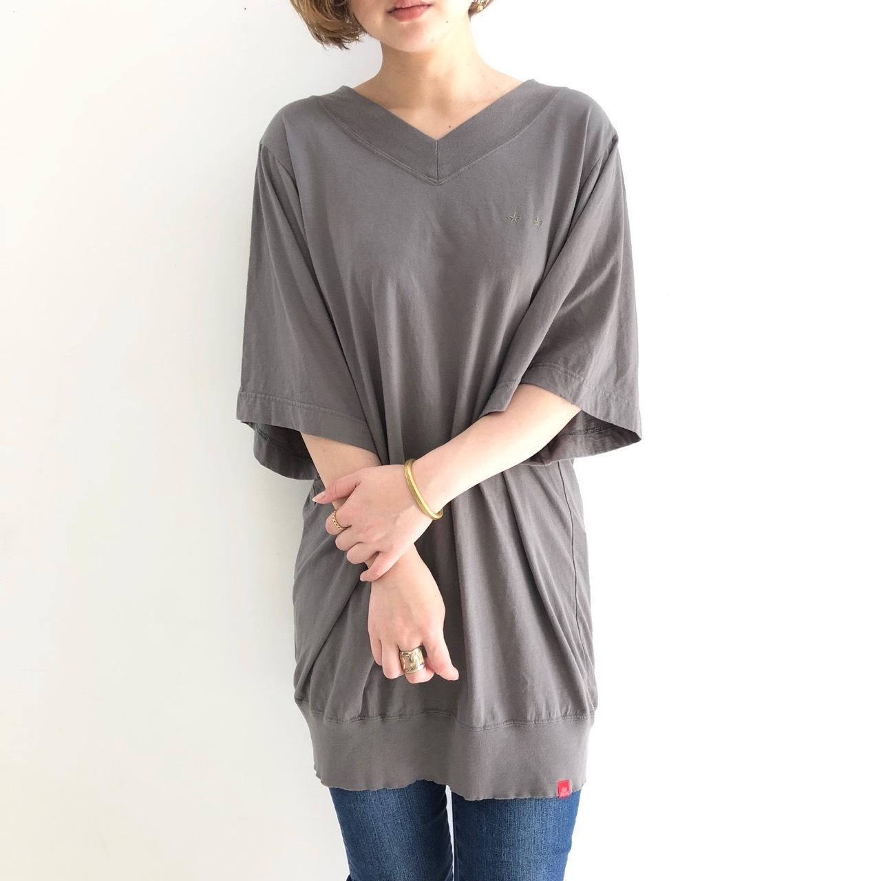 【 JUDDY CORN 】- F8379 - ロング丈Vネック刺繍Teeシャツ