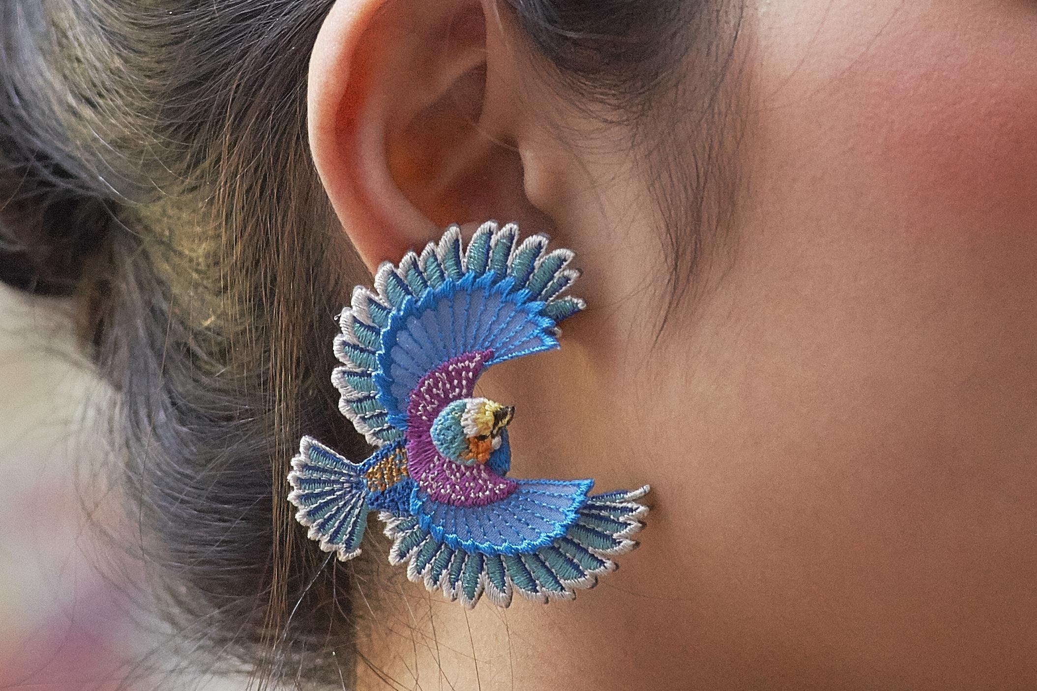ARRO / 刺繍 片耳ピアス・イヤリング・イヤークリップ / Flying bird / blue