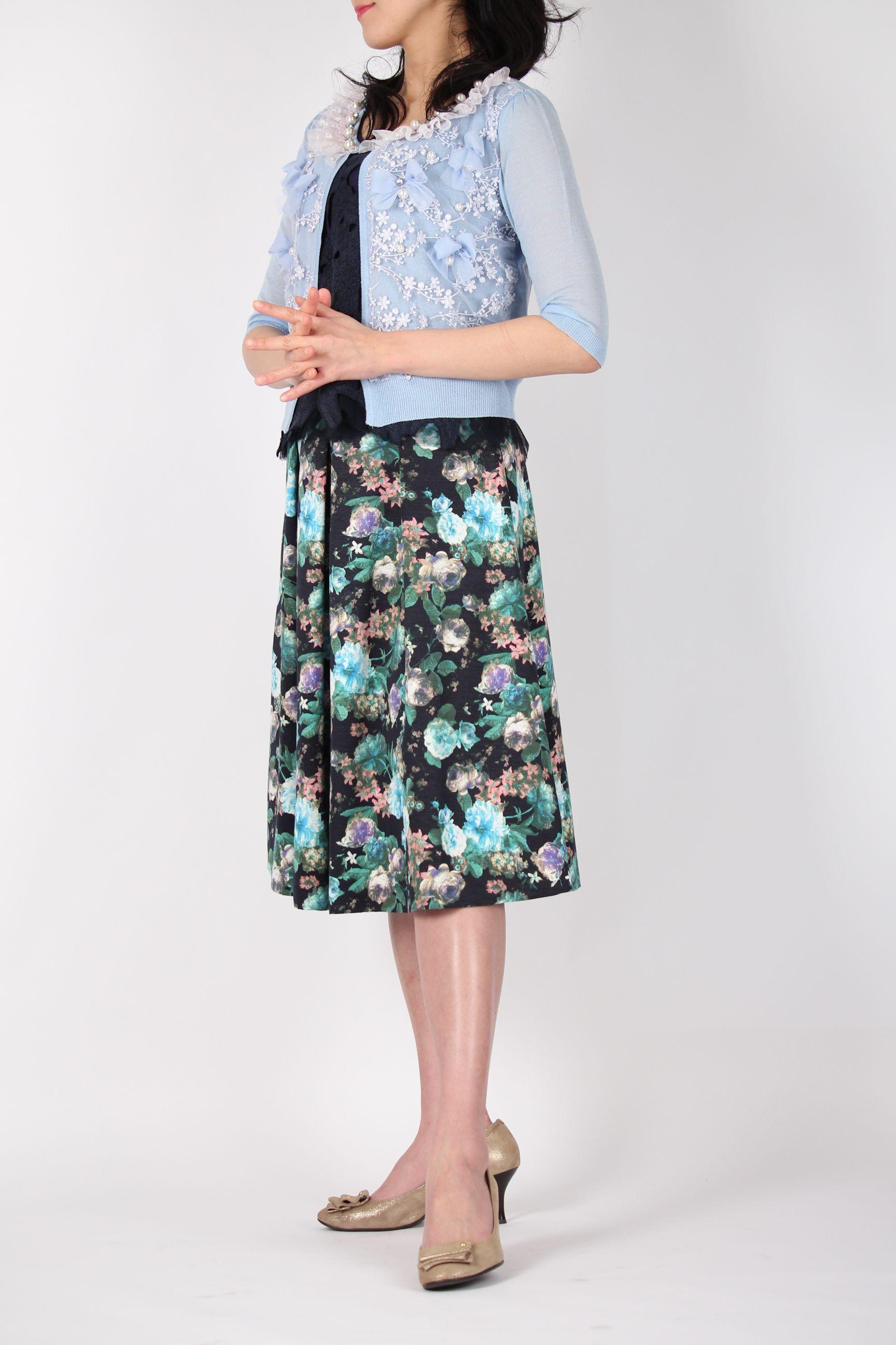 ネイビーの花柄スカート