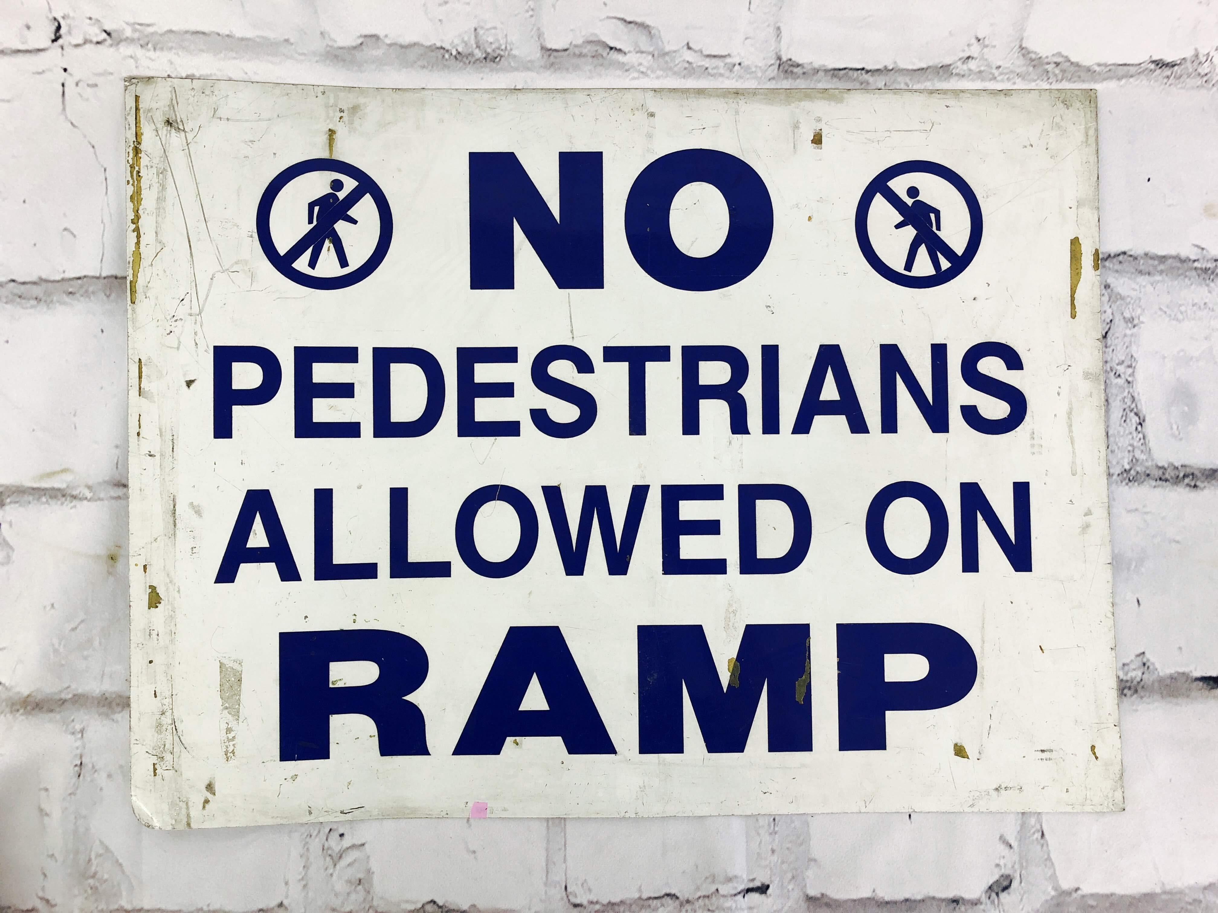 品番6275 道路標識 看板 『NO PEDESTRIANS ALLOWED ON RAMP』 ロードサイン サインプレート アメリカンヴィンテージ
