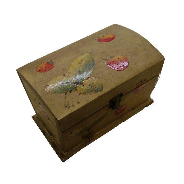 ふんわり色づいたイチゴの木箱