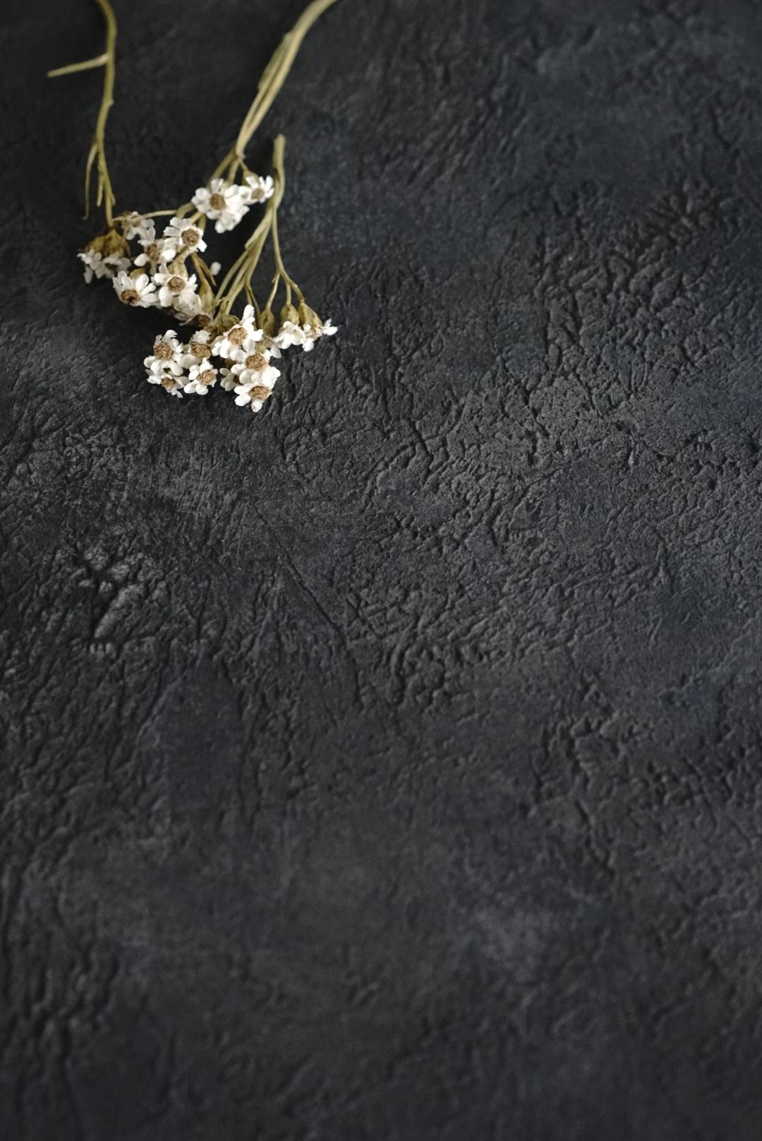 A1 漆黒に浮かび上がるグレーの陰影美大人のスタイリングボード「シアター」