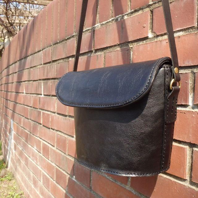 革のショルダーバッグ / ブラック