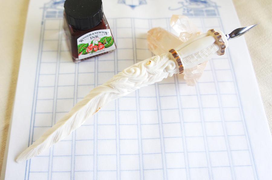 鹿角彫刻の羽根ペン B