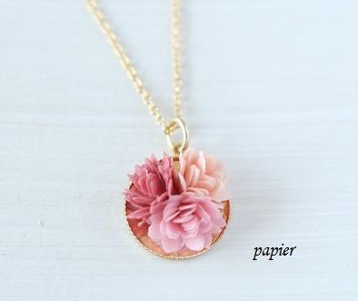 ぷっくりが可愛いデイジーペーパーフラワーネックレス(ピンク系)