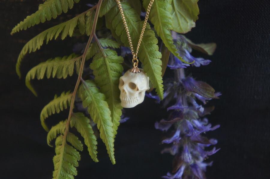 鹿角製小さい頭蓋骨「朝と夕べのメメント・モリ」ネックレス【A】