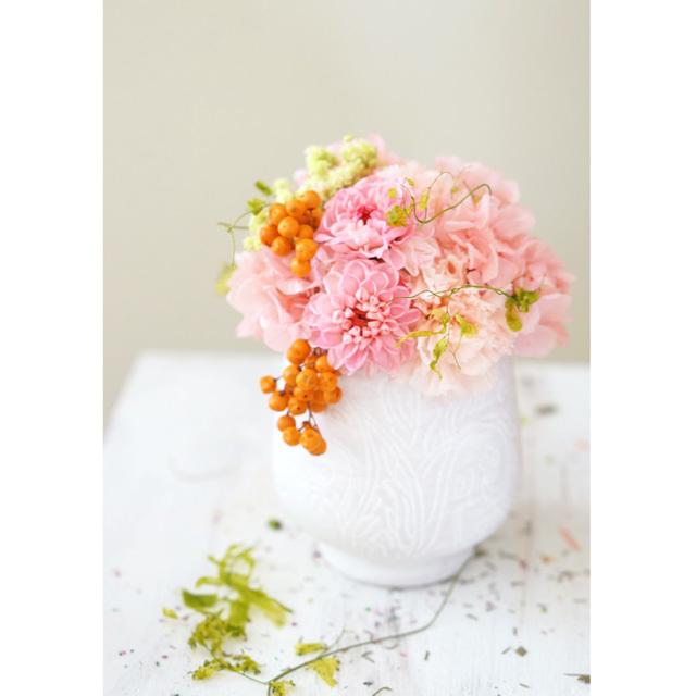 【アレンジ】 小さなピンクダリアと オレンジ色の実