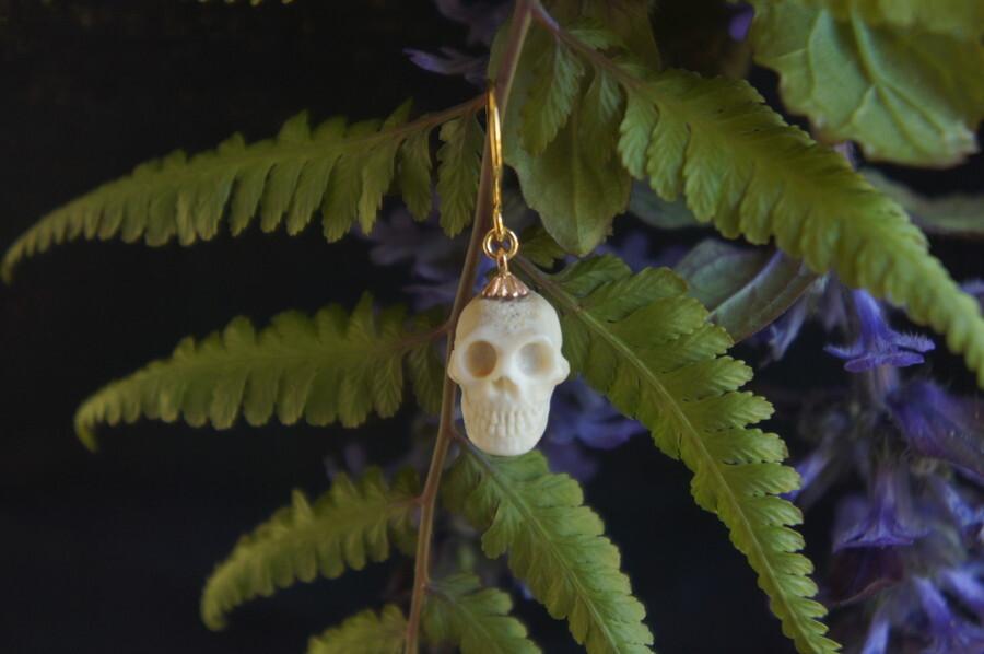 鹿角製小さい頭蓋骨「朝と夕べのメメント・モリ」ピアス【D】