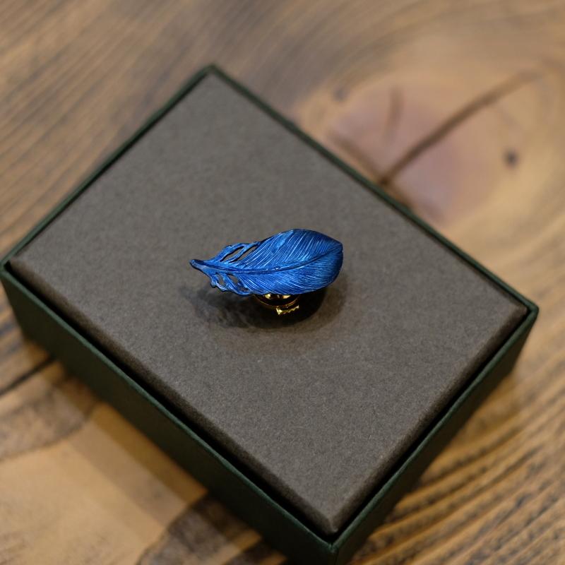 akihama チタンフェザー ブローチ ブルー