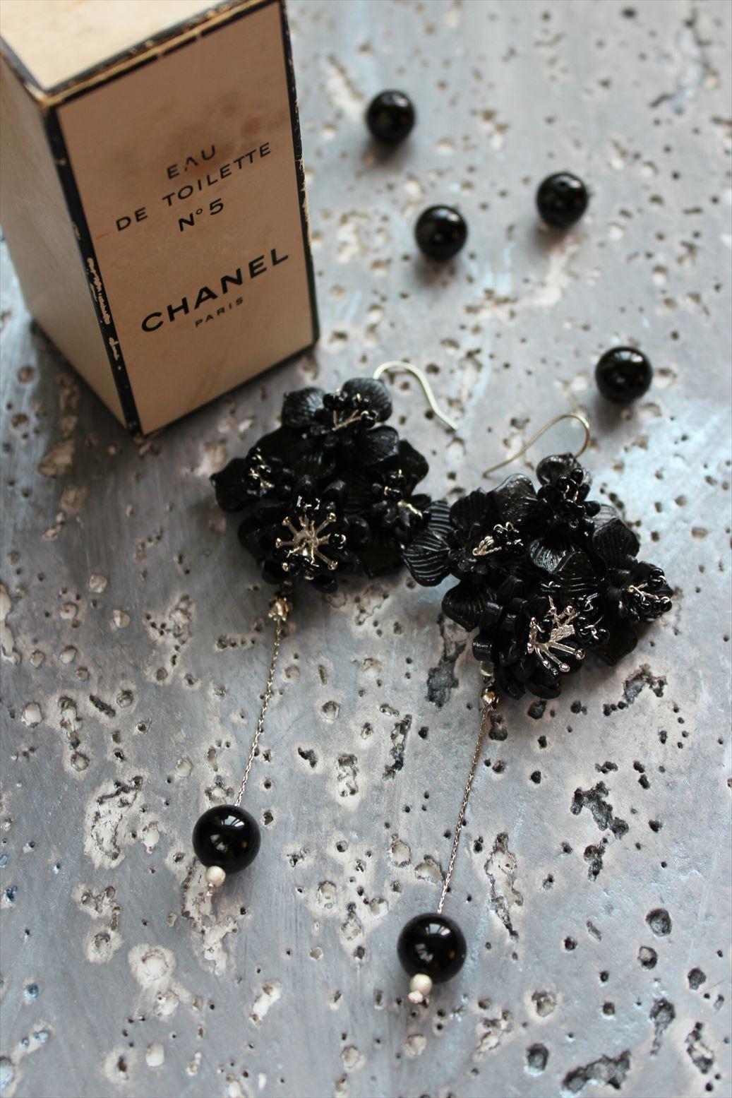 黒い花とオニキスのシックなピアス