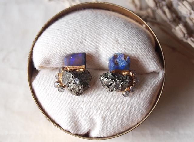 【一点物】原石のオパール・パイライト・ラブラドライトの金継ぎピアス