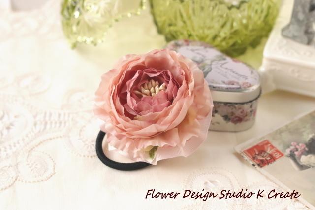 アンティークピンクのラナンキュラスのお花のヘアゴム 造花 髪飾り お花 卒業式 入学式 卒園式 入園式 おでかけ お花ヘアゴム