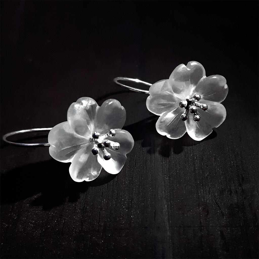 IUHA 【雨の花】 ピアス フラワー 天然水晶 S925シルバー 大人可愛い 金属アレルギーと変色防止   10005iuhaws