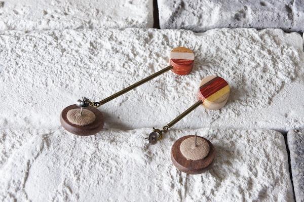 """木のいろ、揺れる耳飾り """"la pendule""""-ウォールナット×真鍮×寄せ木C ピアス"""