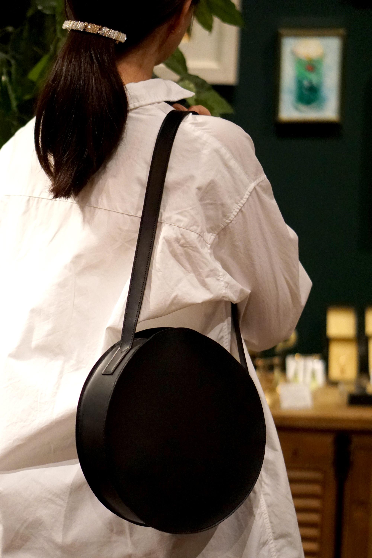 長財布も入る!丸型ショルダーバッグ/ブラックスムースレザー