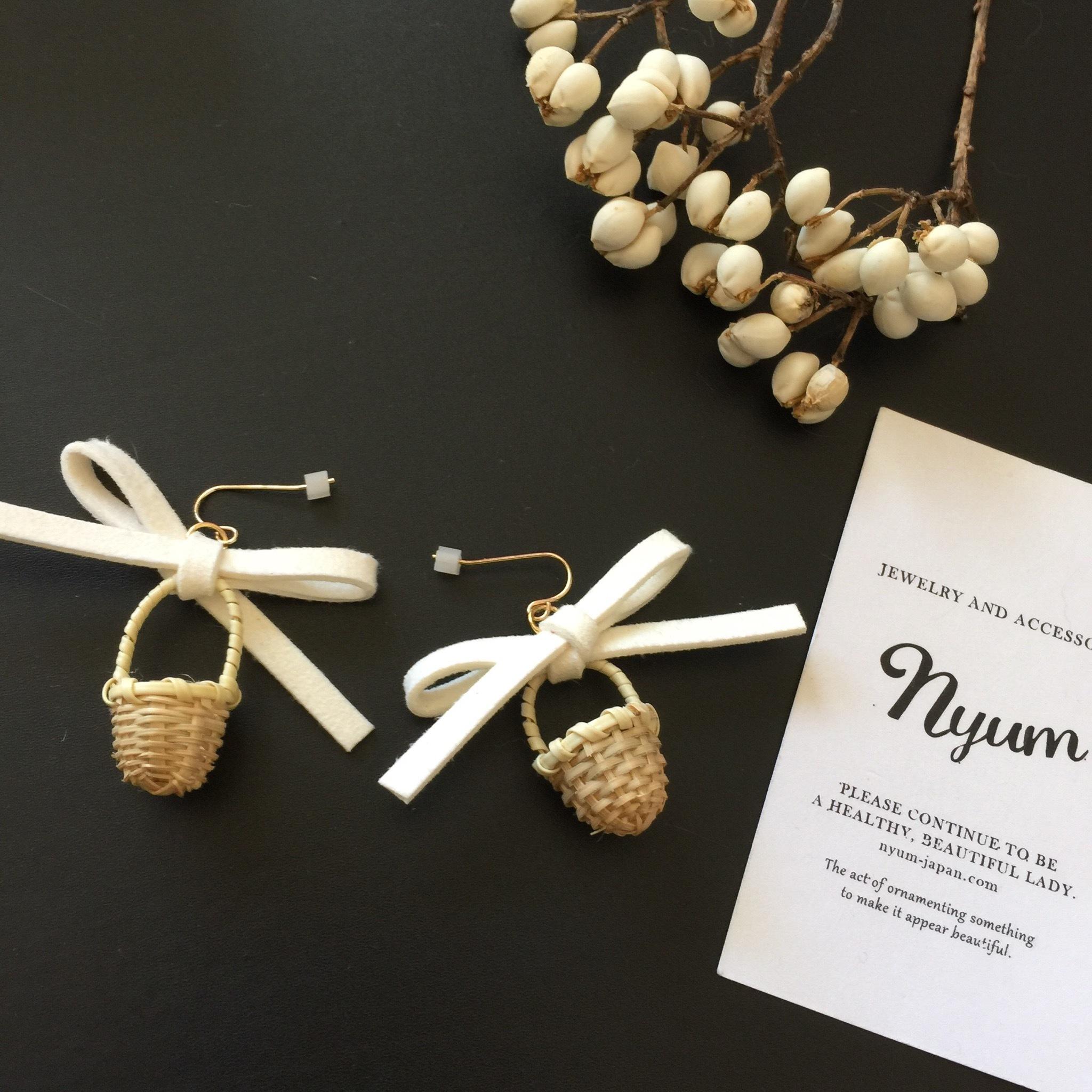 【ピアス/イヤリング】リボンと天然カゴピアス ホワイト