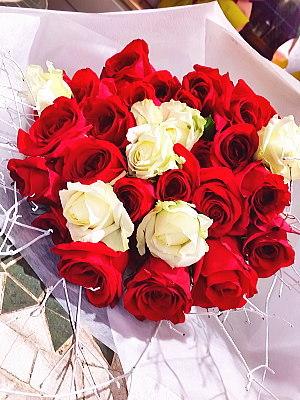 bu012 花束 赤・白バラ