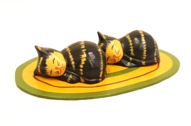木彫りのバリ人形8 お昼寝するネコ