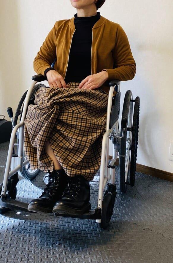 【車椅子対応】ウールチェックの膝上ポケット付き ツイストコクーンスカート