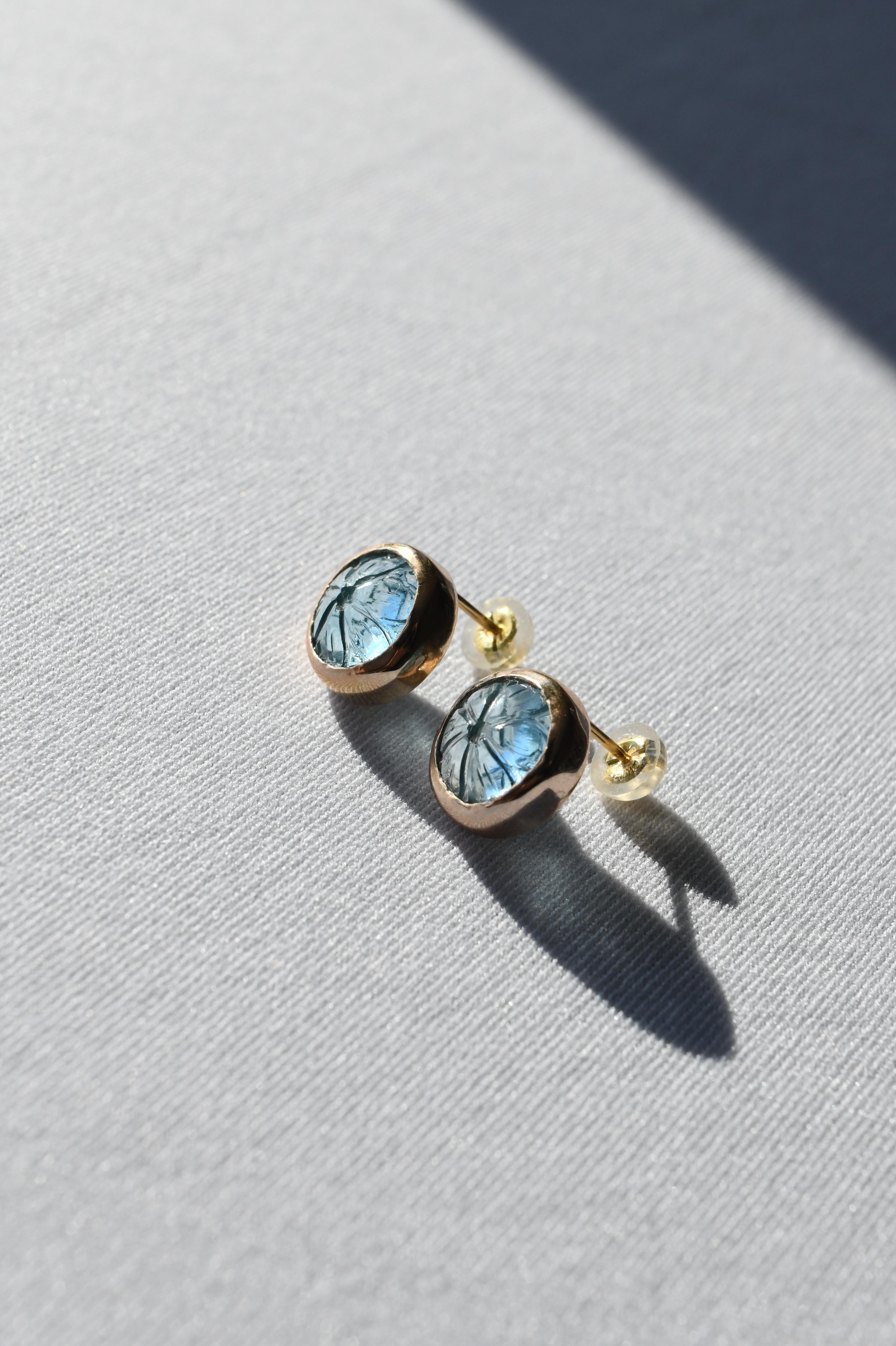 K10 Carving Round Blue Topaz Earrings 10金カービングラウンドブルートパーズスタッズピアス
