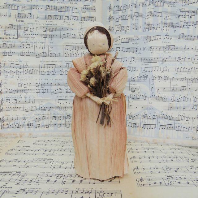 トウモロコシの皮でできた女の子の人形