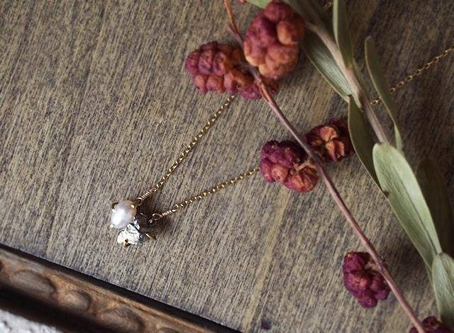 原石のパイライトとパールのネックレス