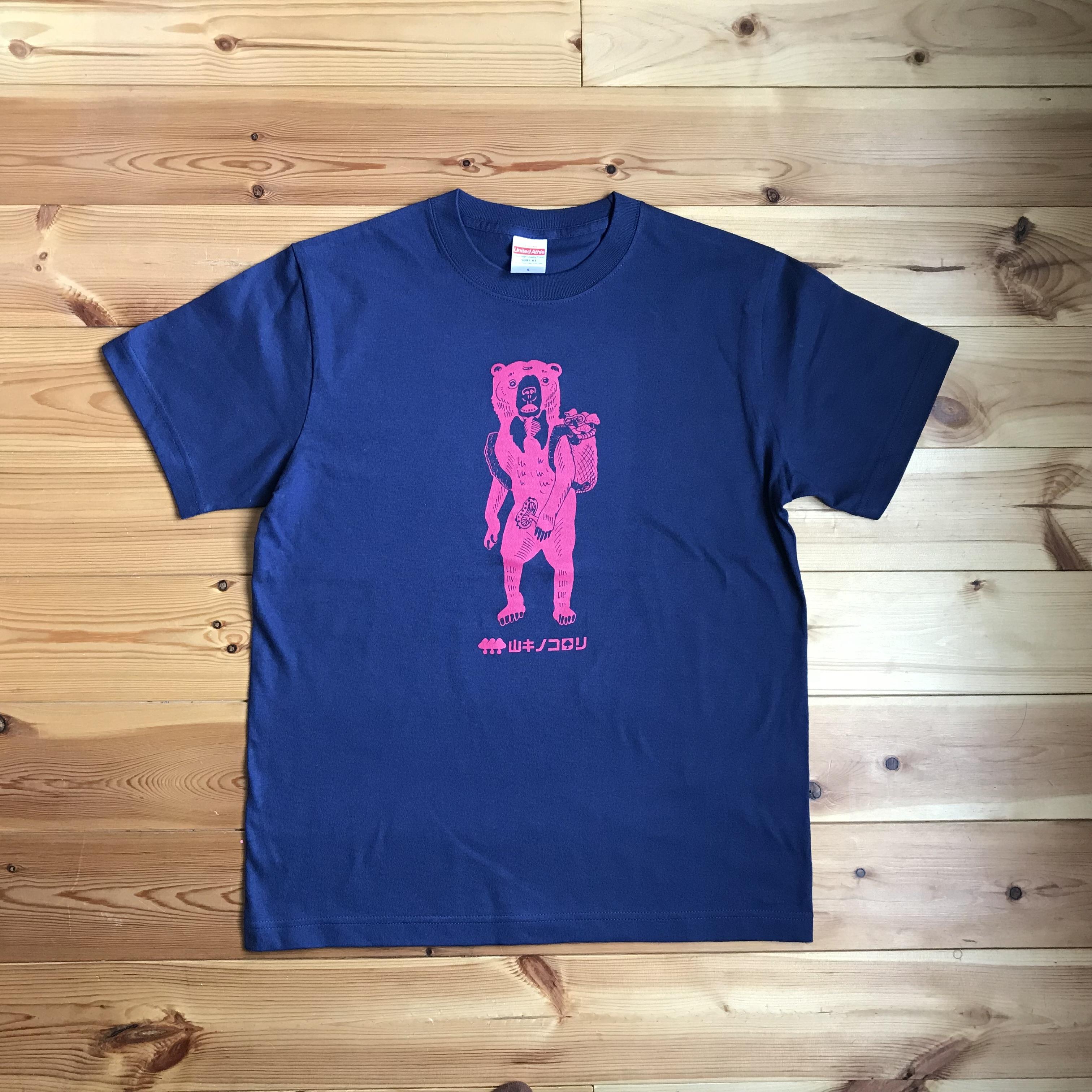 【Tシャツ(大人サイズ)】キノコ狩りをするマレーグマ(インディゴ×ピンク)