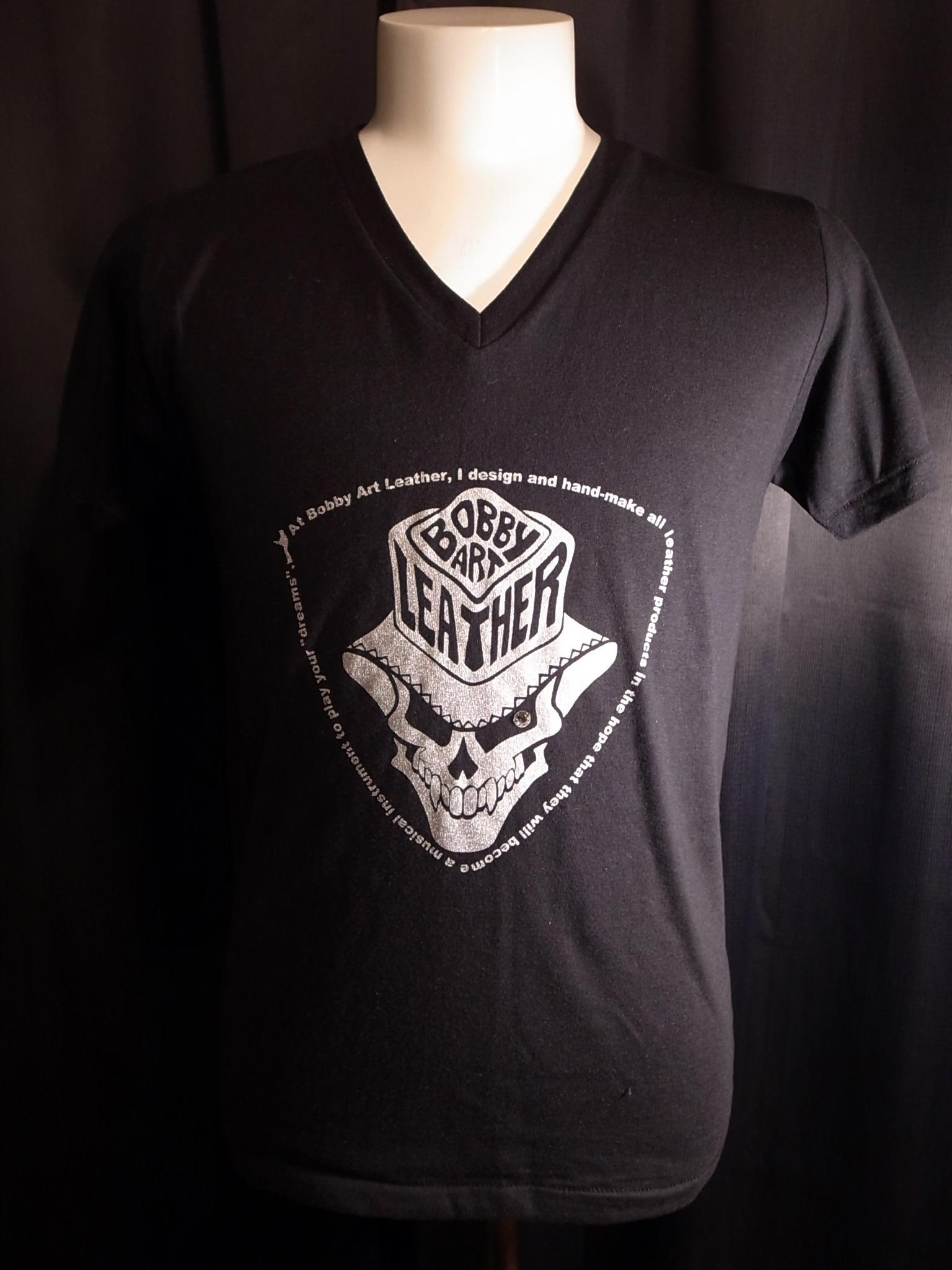 スカルハットロゴ・VネックロックTシャツ◆黒ベース×シルバー・シルクプリントtype