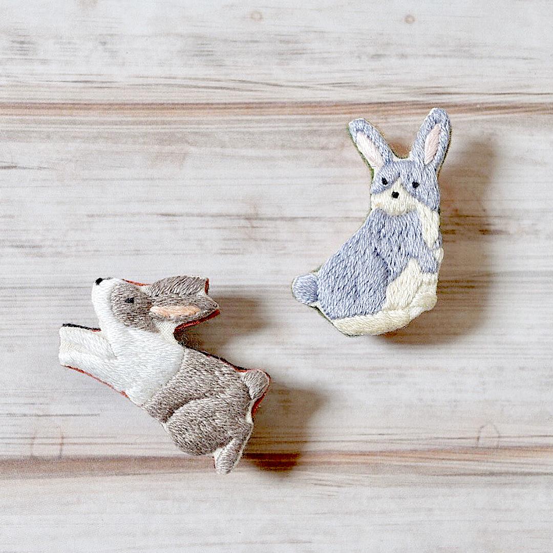 LOUPE / ウサギの手刺繍ブローチ 2色