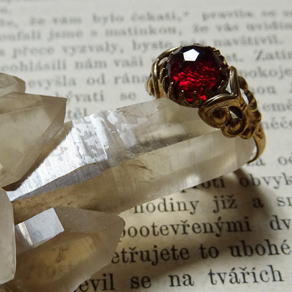 チェコスロバキア ヴィンテージガラスのラウンドリング ダークレッド #11