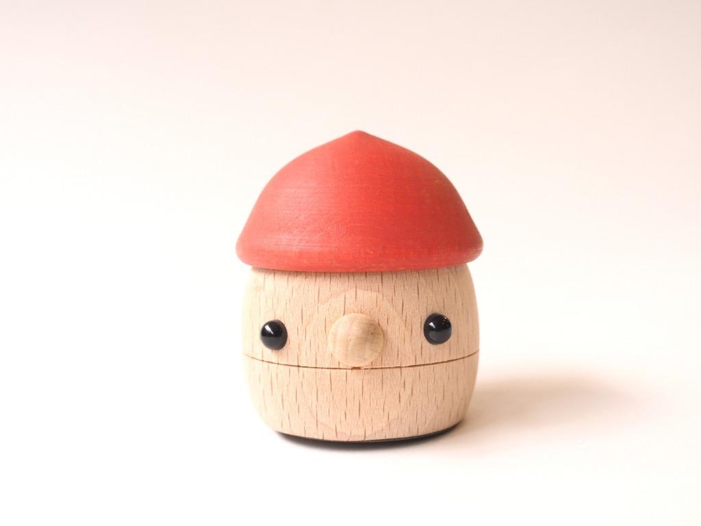 ゆっくりと坂道を歩くどんぐり帽子の木のおもちゃ「どんぐりころころ」|おもちゃのこまーむ