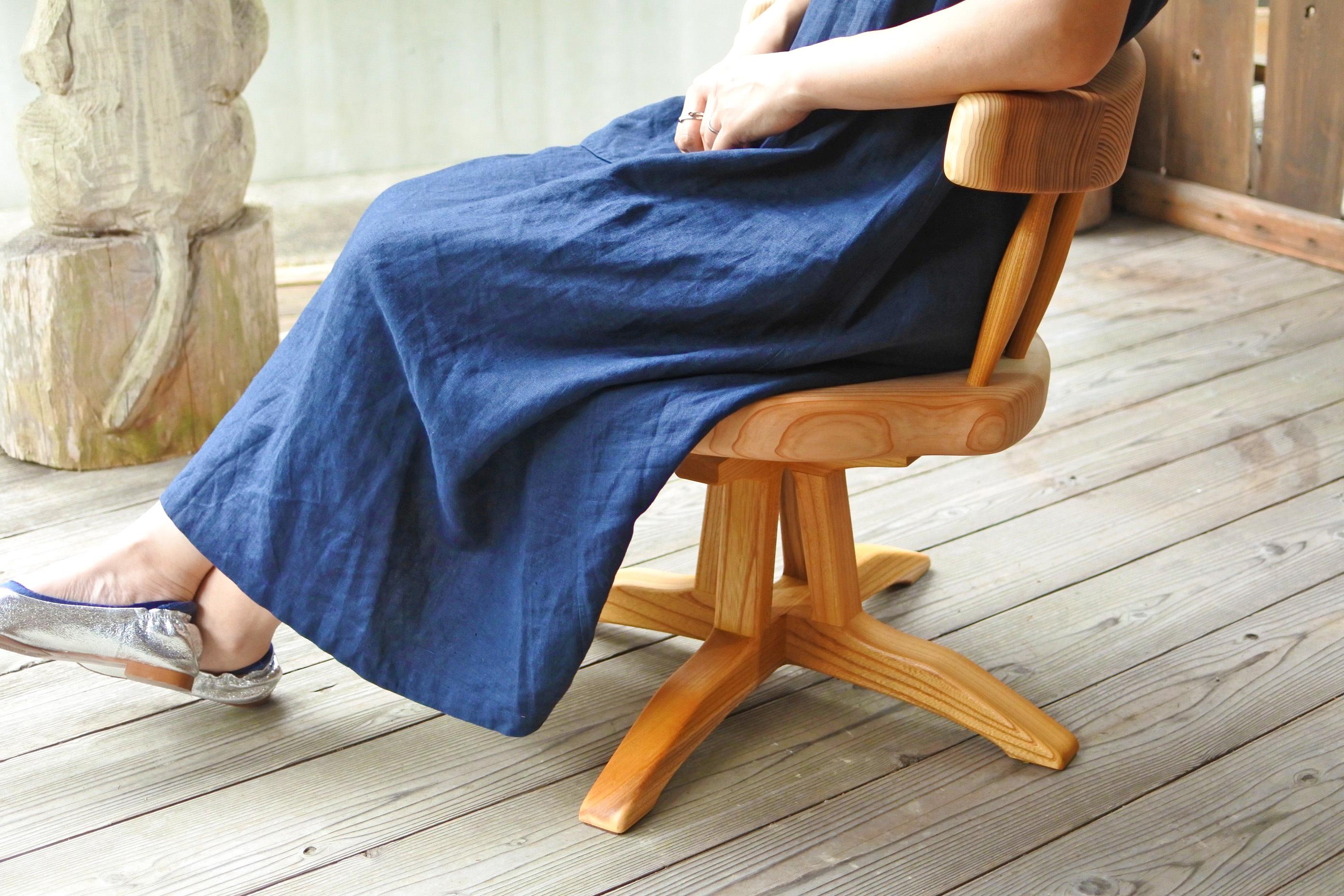 紀州スギの回転式のコシ座椅子