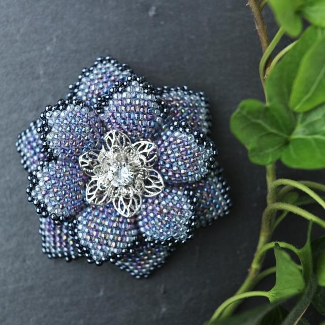 青いビーズで編んだ花のブローチ