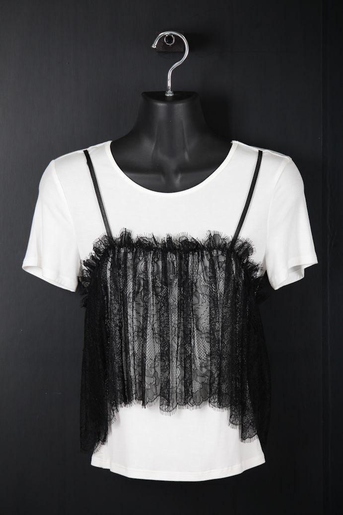 白ベースに黒レースTシャツ
