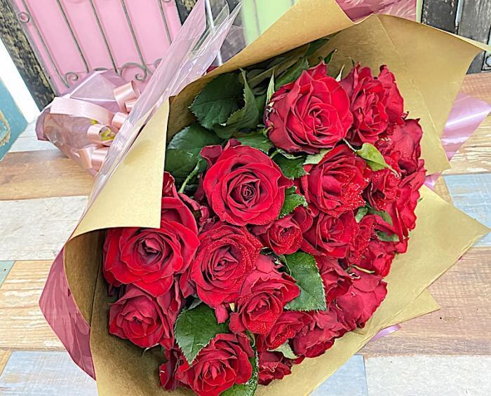 お祝いに赤バラ20本の花束を