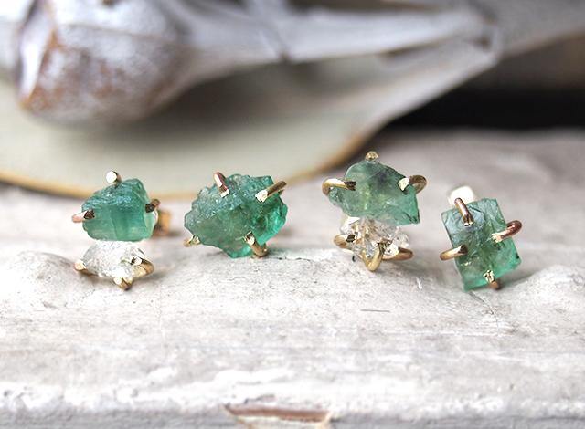 原石のエメラルドとダイヤモンドクォーツのピアス