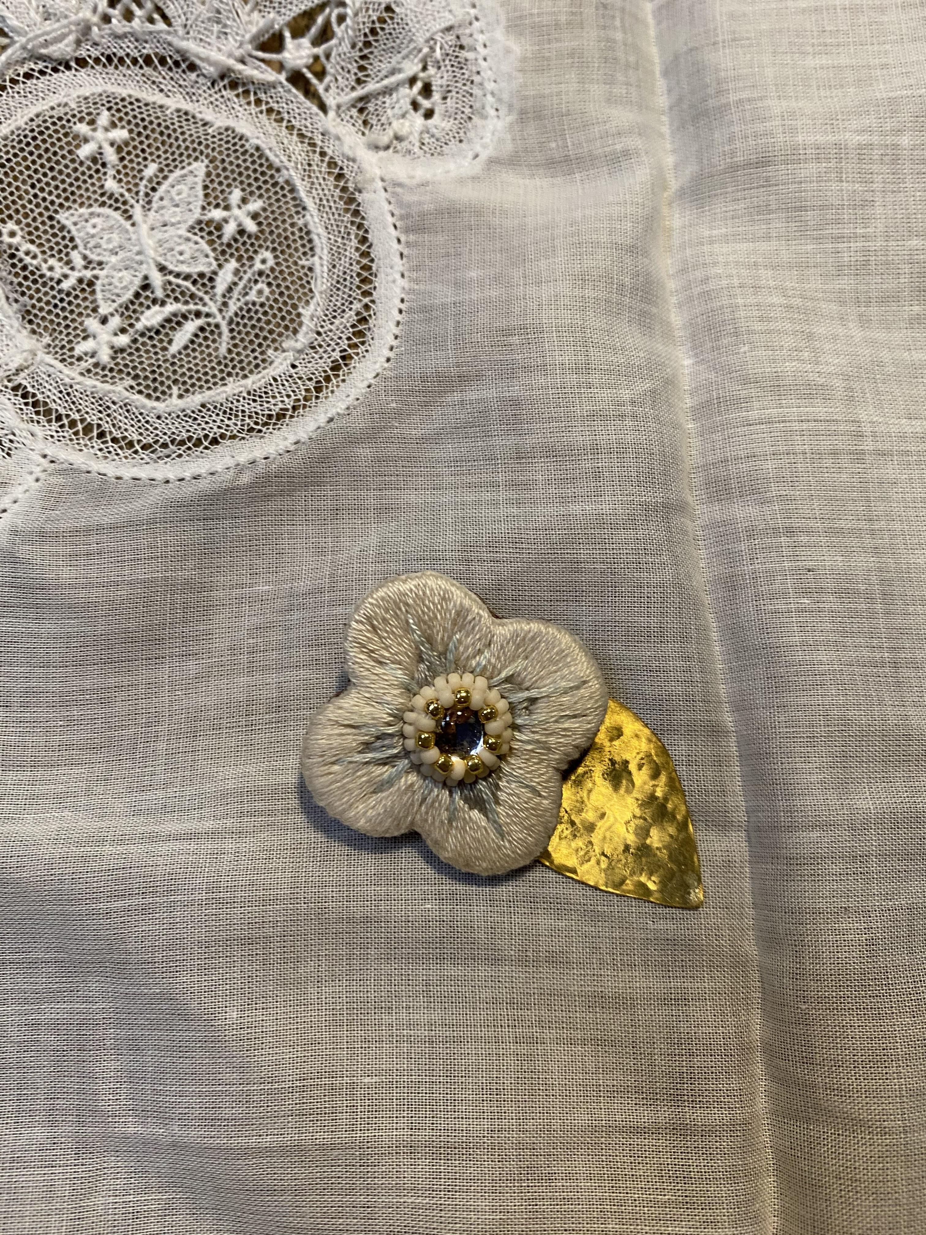 < ibukiya > 刺繍と真鍮のブローチ