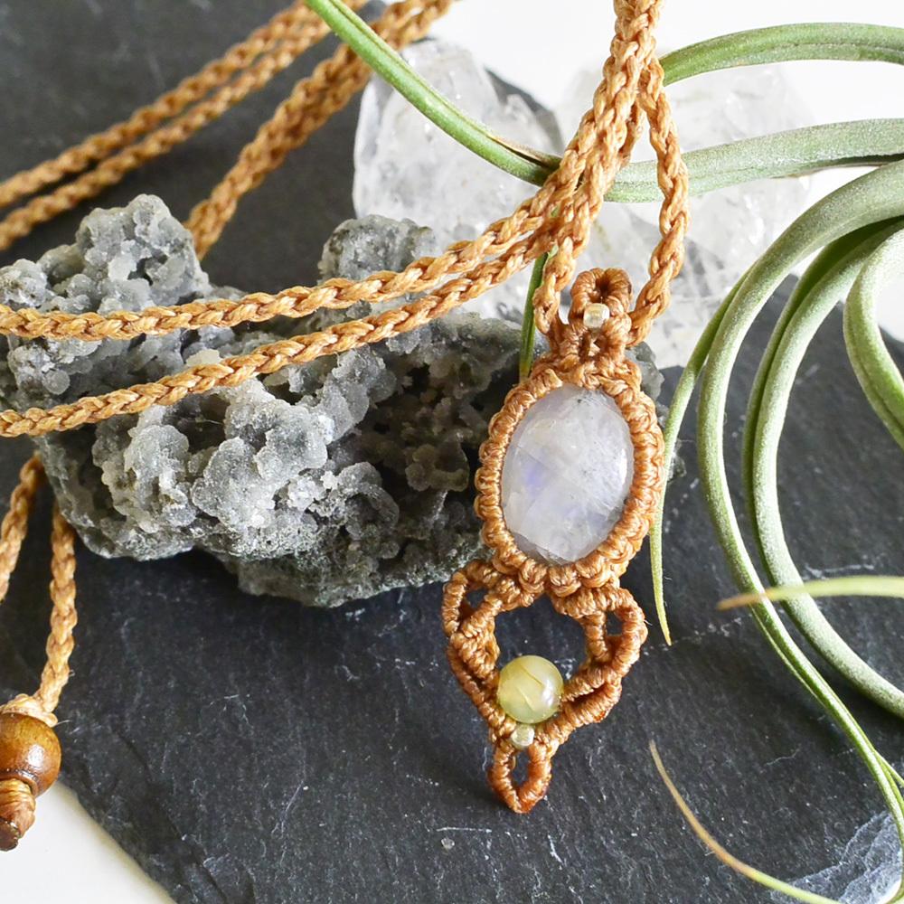 レインボー・ムーンストーン/ 月の光を宿す石 / 天然石マクラメ編みペンダント