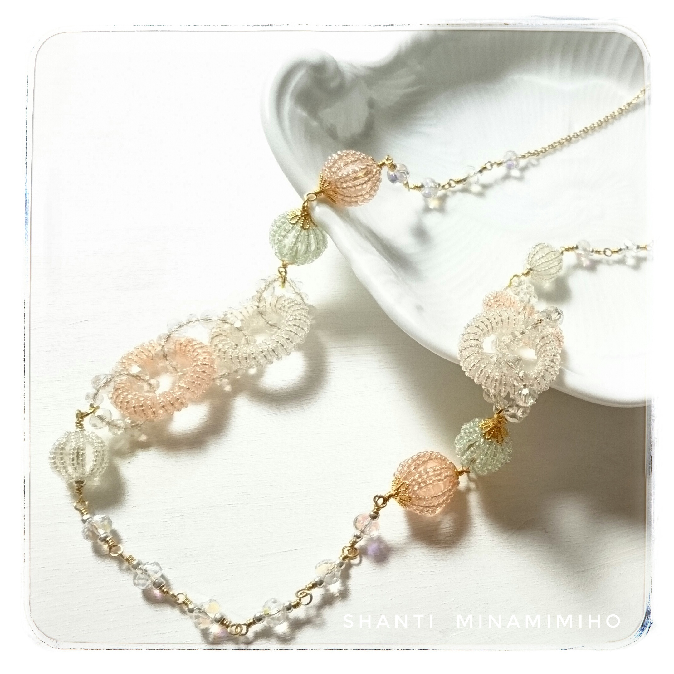 繊細なワイヤーワークと透明感ある淡い色使いが可愛いキャンディーのようなロングネックレス