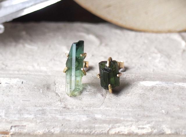 原石のグリーントルマリンのピアス