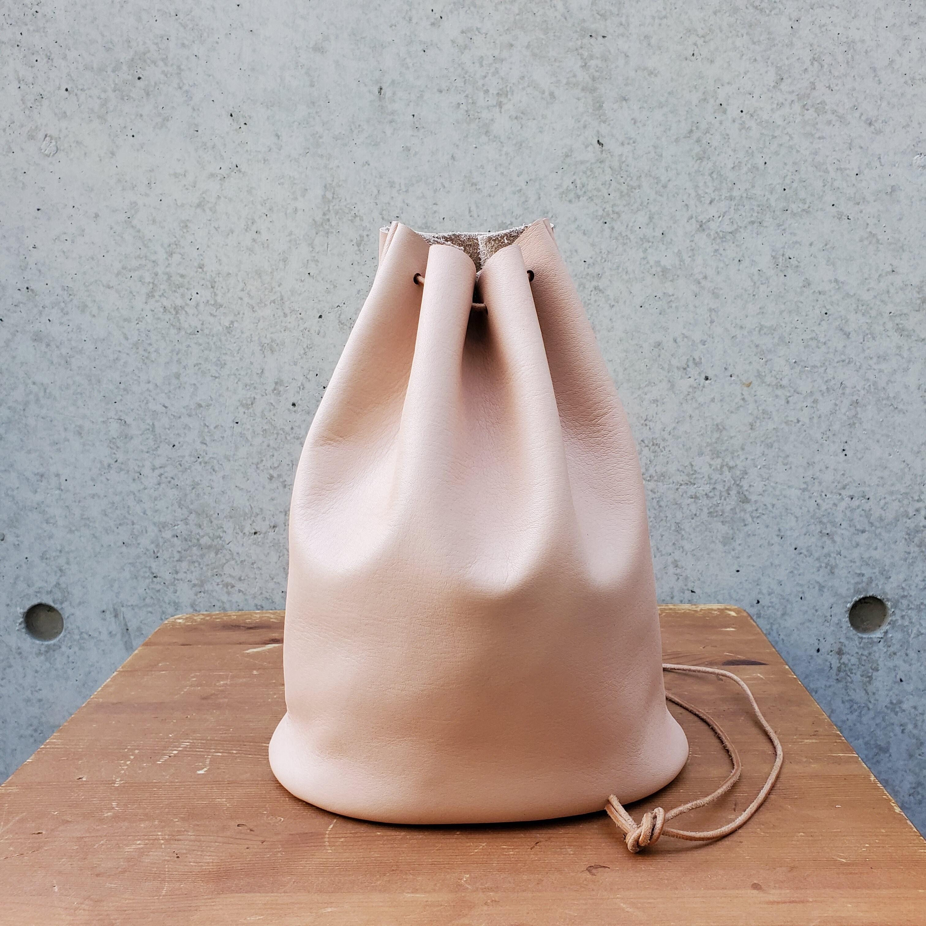 """""""Utility Bag02"""" 大人のためのレザー巾着(底あり) -柔らかくほどよい厚みが安心の牛革  - 画像2"""