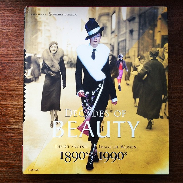 ファッションの本「Decades of Beauty: The Changing Image of Women, 1890s to 1990s」 - 画像1