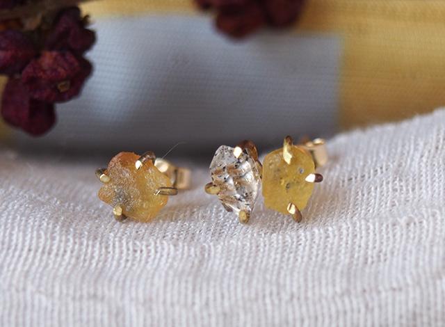 原石のイエローサファイアとダイヤモンドクォーツのピアス
