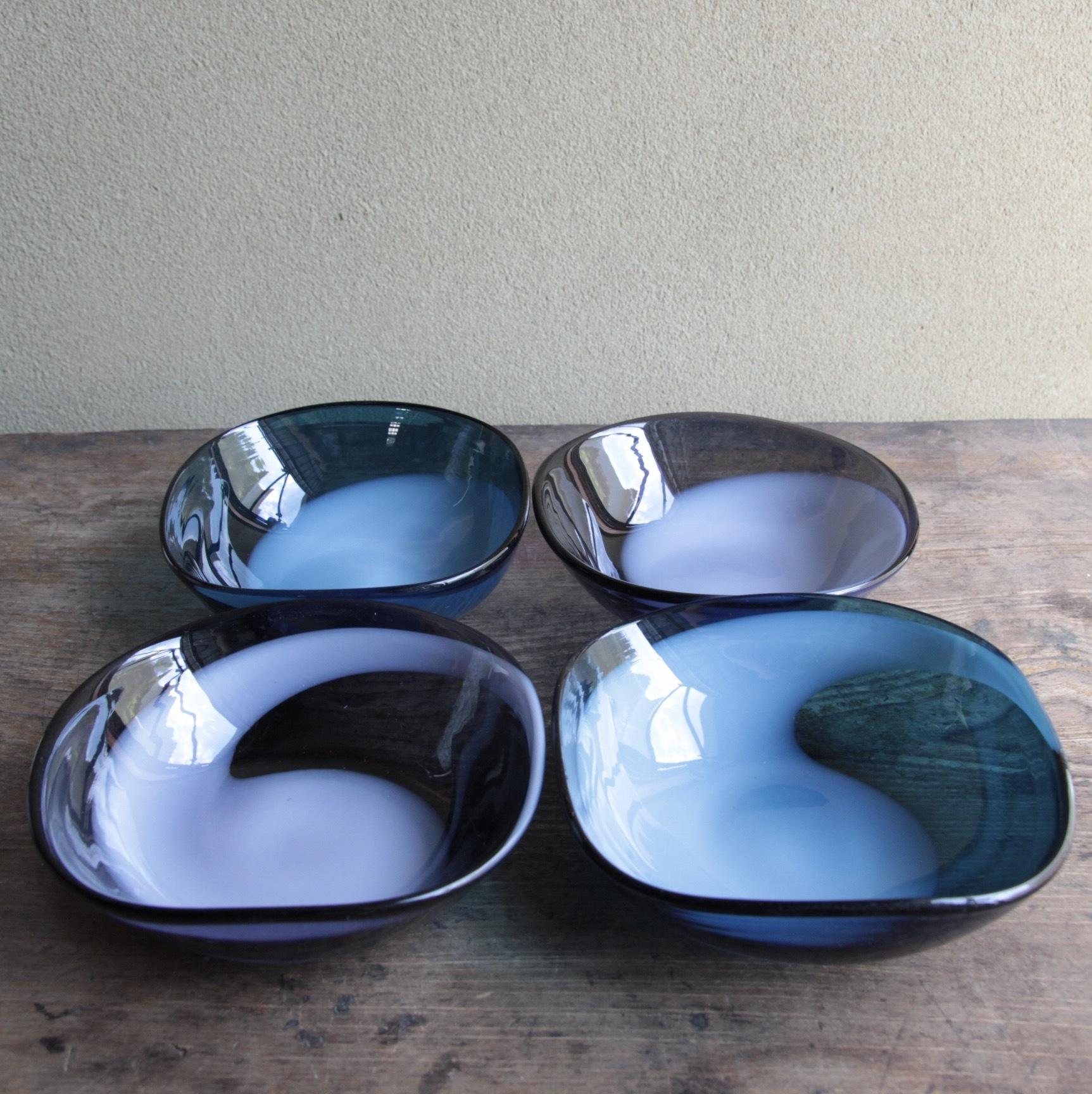 勾玉模様のガラス小鉢