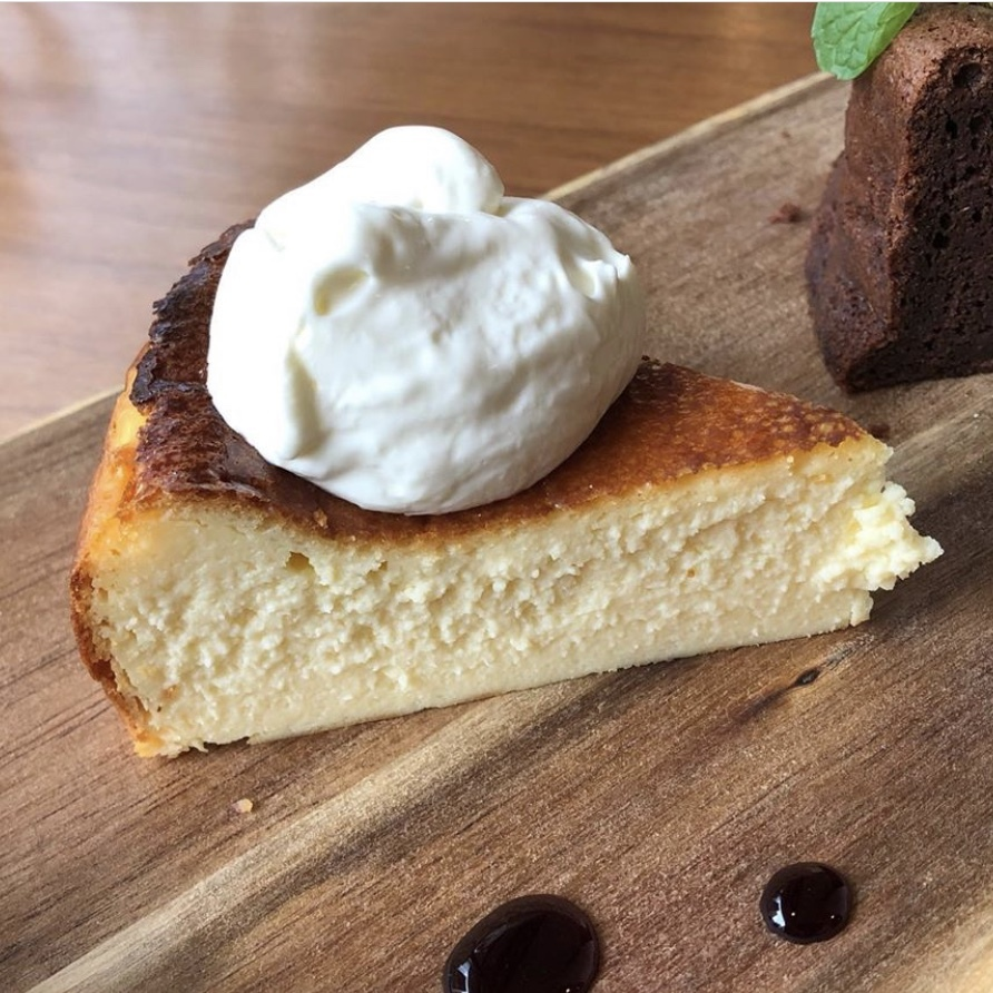 濃厚チーズクリーム添え・特製チーズケーキ
