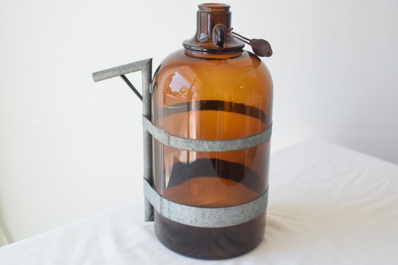 ブリキがアクセントになった茶色い瓶
