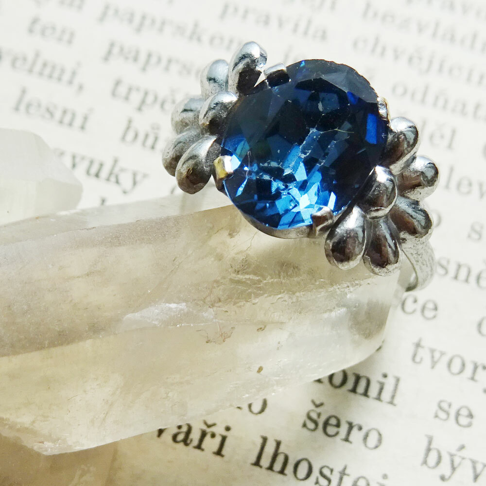 チェコスロバキア ヴィンテージ カットガラスのオーバルリング ブルー #13