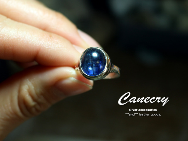 カイヤナイトのリングと、サファイヤのネックレス