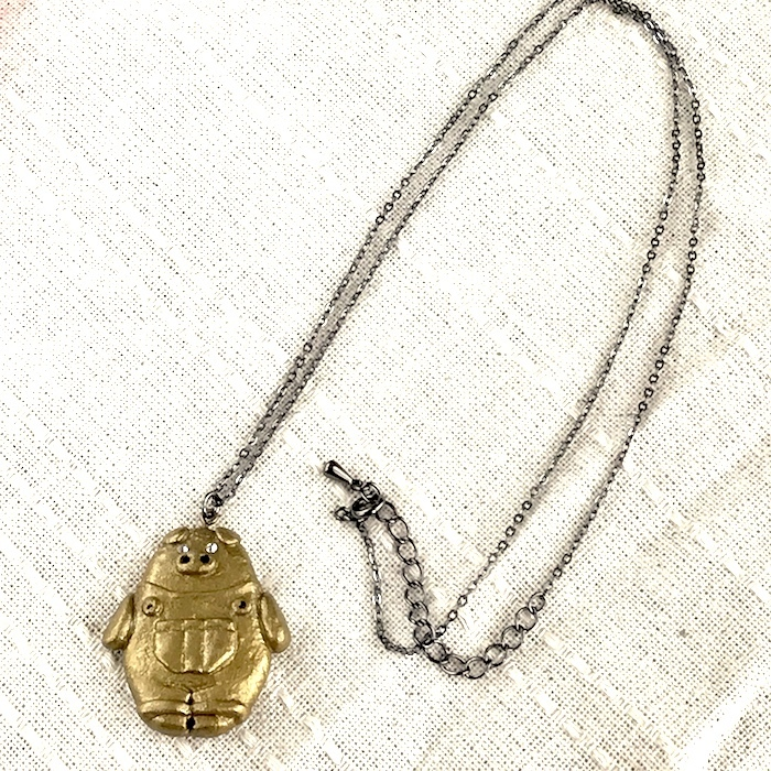 オーバーオールぶたさんのネックレス〔メタル風軽量ネックレス〕
